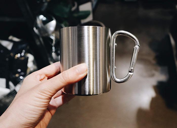 メタルのカラビナ付きマグカップ