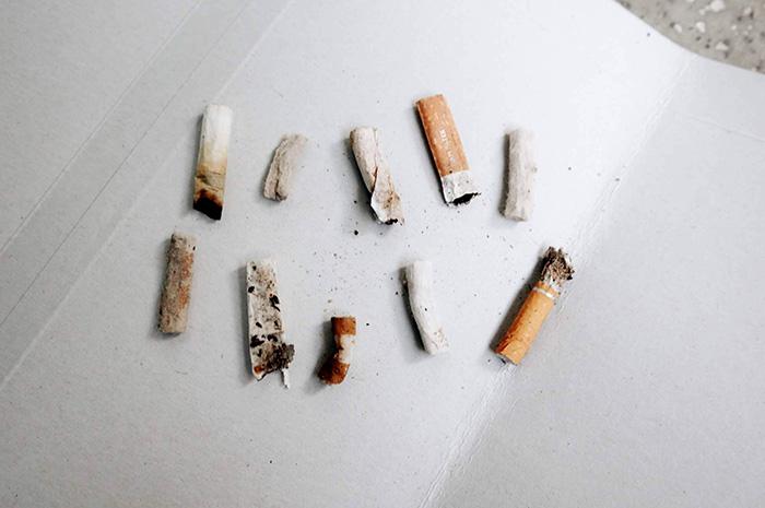 10本のタバコの吸い殻