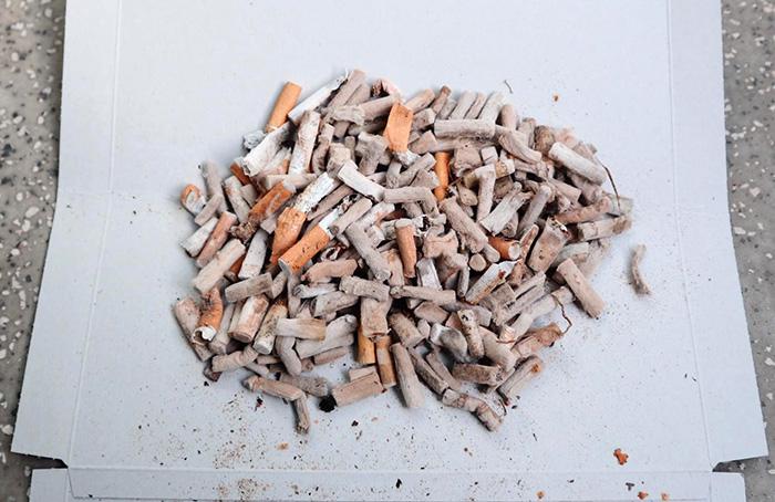 256本のタバコの吸い殻